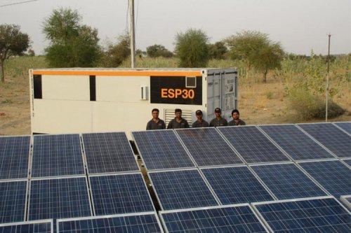 باتری خورشیدی برق را به مناطق دورافتاده و محروم میبرد