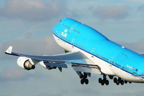 علت خمیدگی بالهای هواپیما به هنگام پرواز چیست؟