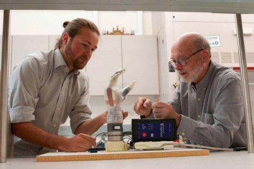 توسعه بازوی مصنوعی با قابلیت انتقال حس لمس اشیا